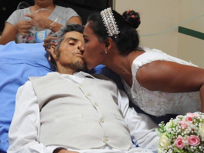 Énio e Gleyce no momento do beijo que sacramentou o casamento religioso (Foto: Ascom/HRPT)
