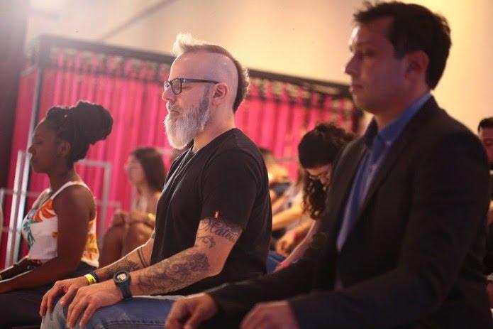 Gustavo Ziller e Pedro Neville em atividade de medição no Menos30 Fest — Foto: Globo / Bruno Moreira