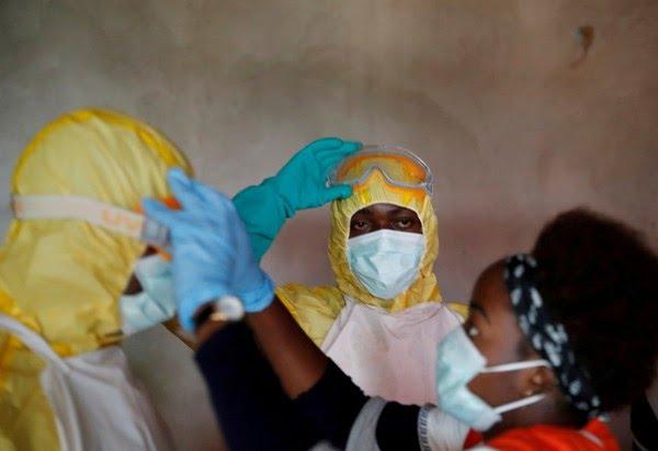 Profissionais de saúde ajustam equipamentos de proteção durante funeral de uma pessoa com suspeita de ter morrido de ebola em Beni, na província de Kivu do Norte, na República Democrática do Congo, em 9 de dezembro de 2018. — Foto: Goran Tomasevic/Arquivo/Reuters