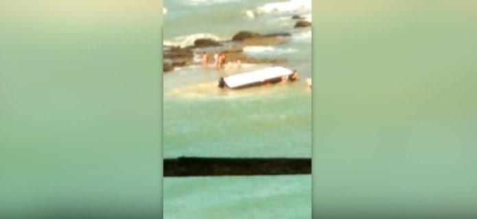 Lancha vira e cinco pessoas ficam feridas na praia da Pipa, no RN — Foto: Inter TV Cabugi/Reprodução