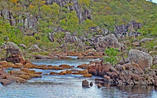 Trilha dentro do Parque Nacional da Chapada dos Veadeiros passa por rios — Foto: Marcello Dantas/Leve de Viagem