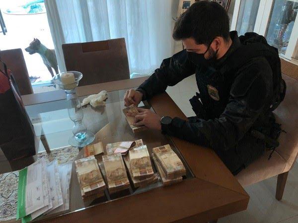 Dinheiro encontrado na casa de um dos investigados: R$ 60 mil em espécie — Foto: Polícia Federal de Mato Grosso