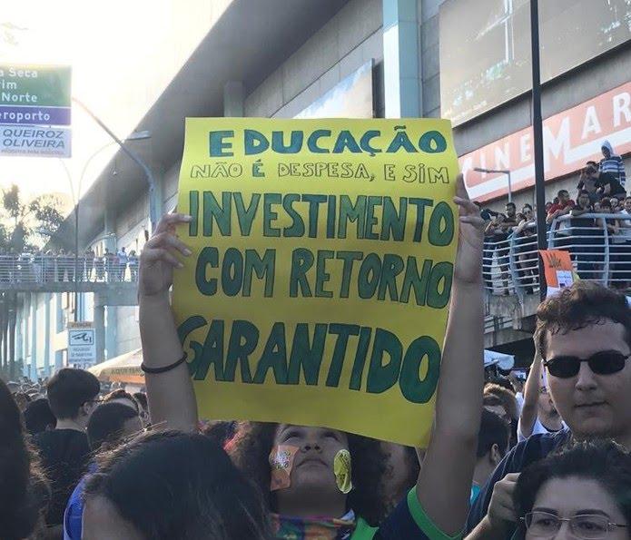 Manifestação reúne milhares de pessoas nas ruas de Natal — Foto: Rafael Barbosa/G1