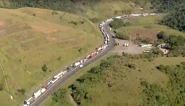Acidente provocou longo congestionamento na Via Dutra — Foto: Reprodução/TV Globo