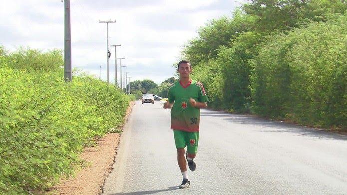 Gleisson corre 12 km para treinar — Foto: Reprodução/TV Globo