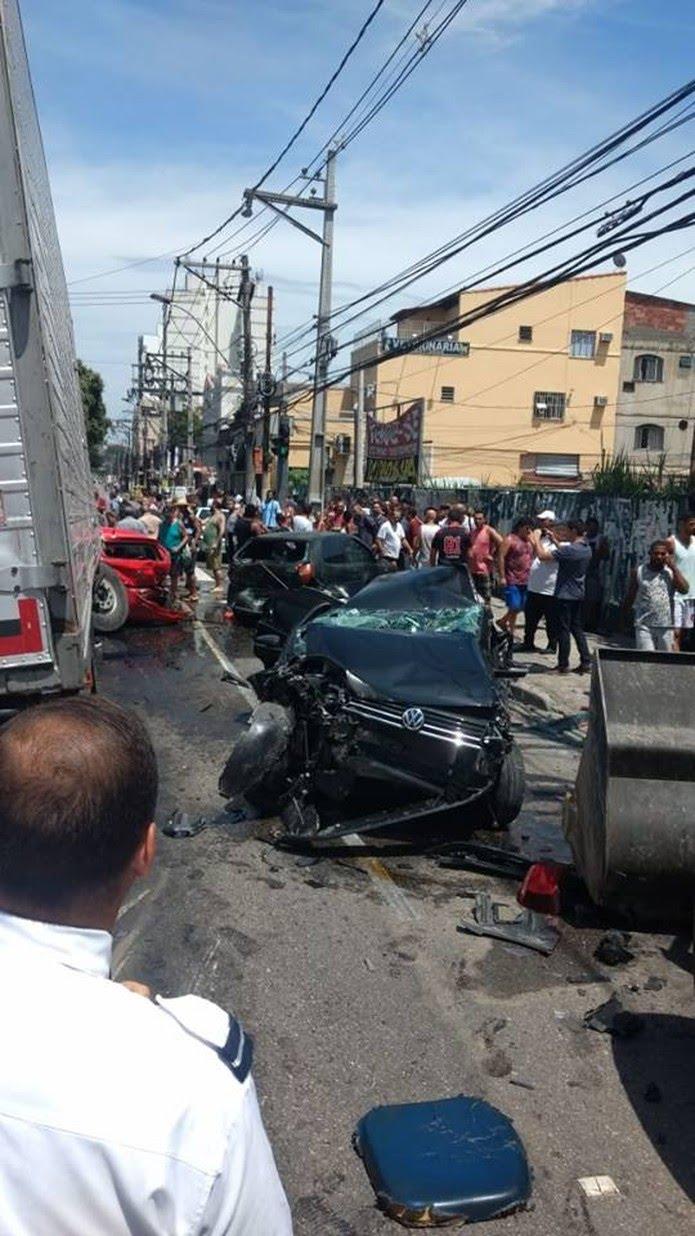 Agentes da Nittrans orientam o trânsito na região, que ficou congestionado por conta do acidente.  — Foto: Reprodução/Redes sociais