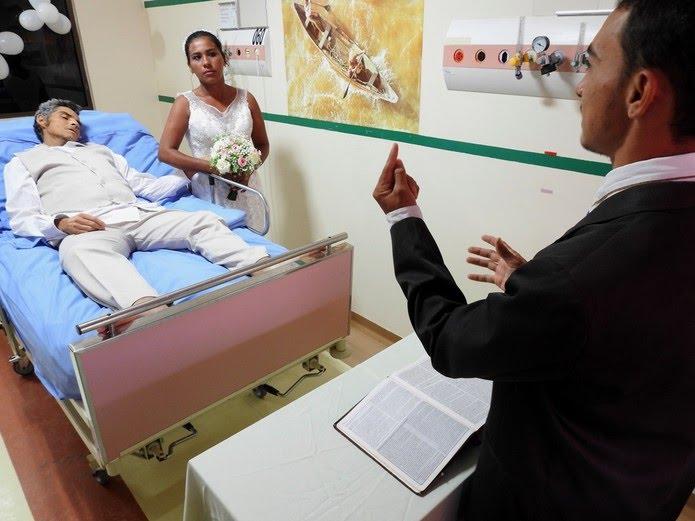 Énio e Gleyce ouvindo as palavras do pastor que realizou a cerimônia religiosa (Foto: Ascom/HRPT)