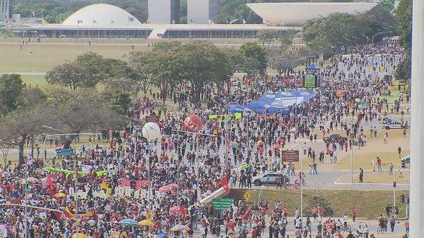 Brasília - Manifestantes fazem ato contra Bolsonaro e a favor da vacina em Brasília — Foto: TV Globo/Reprodução