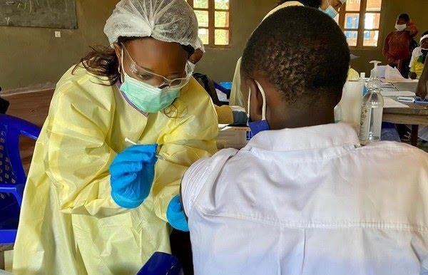 Profissional de saúde aplica vacina contra o ebola na República Democrática do Congo — Foto: OMS