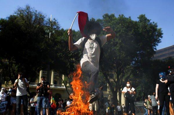 Rio de Janeiro - Manifestantes protestam contra o presidente Jair Bolsonaro neste sábado (29) — Foto: Pilar Olivares/Reuters