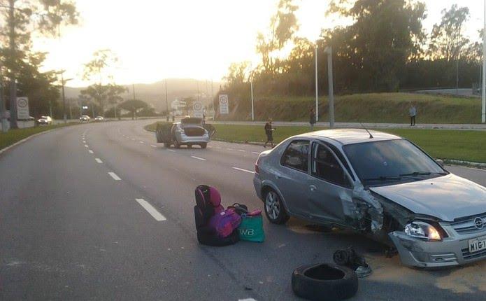 Carro atingido no acidente na Beira-Mar Norte em Florianópolis  (Foto: Wilson Coelho/ NSC TV)