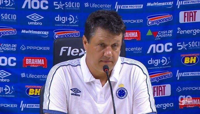 Adilson Batista pediu aos jogadores que respeitem a história do Cruzeiro — Foto: Reprodução/TV Globo
