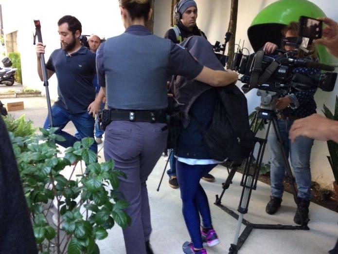 Vítima de Diego saiu coberta da delegacia sem falar com a imprensa; identidade dela foi preservada pela polícia