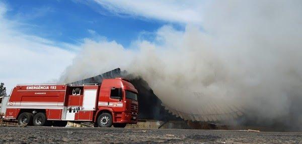 A cobertura de aço do galpão atingido não suportou a temperatura e desmoronou — Foto: Fernando Savioli/TV TEM