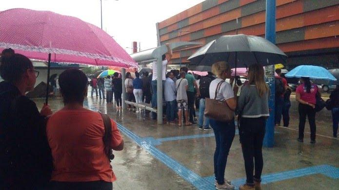 Caos em ponto de ônibus na Estação de Metrô do Detran — Foto: Isabela Cardoso/G1