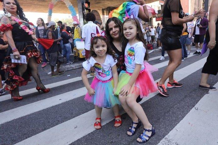 Juliana Silva, de 34 anos, veio com as filhas Rubia, de 6 anos, e Kiara, de 3 anos. — Foto: Celso Tavares/G1