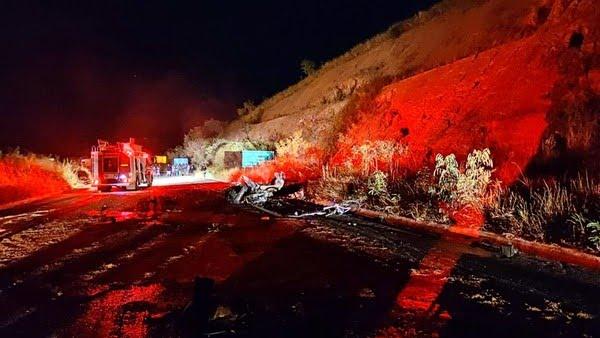Motorista do carro morreu carbonizado e enteada dele foi arremessada do veículo e morreu no local — Foto: Corpo de Bombeiros/Divulgação