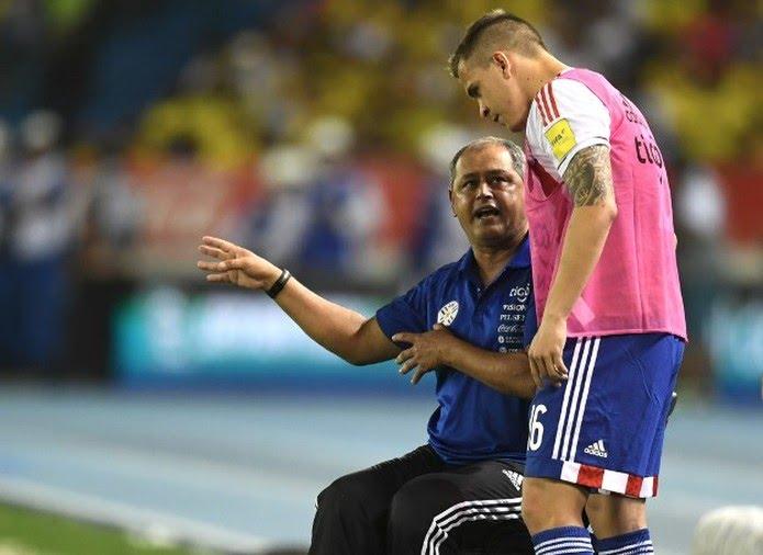 Robert Piris com Arce, em ação pela seleção paraguaia (Foto: Luis Acosta / AFP)