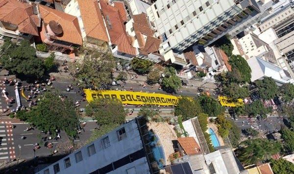 Minas Gerais - No fim da manhã, manifestantes saíram em passeata pelo centro de Belo Horizonte — Foto: Rodrigo Franco/TV Globo