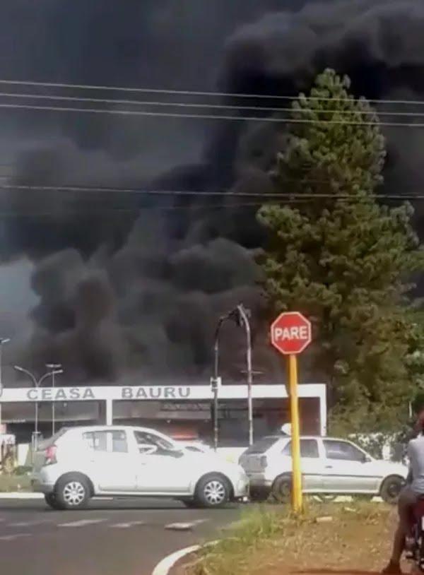 A densa fumaça negra atraiu uma grande concentração de pessoas para as imediações do Ceasa, na zona leste e Bauru — Foto: Arquivo pessoal