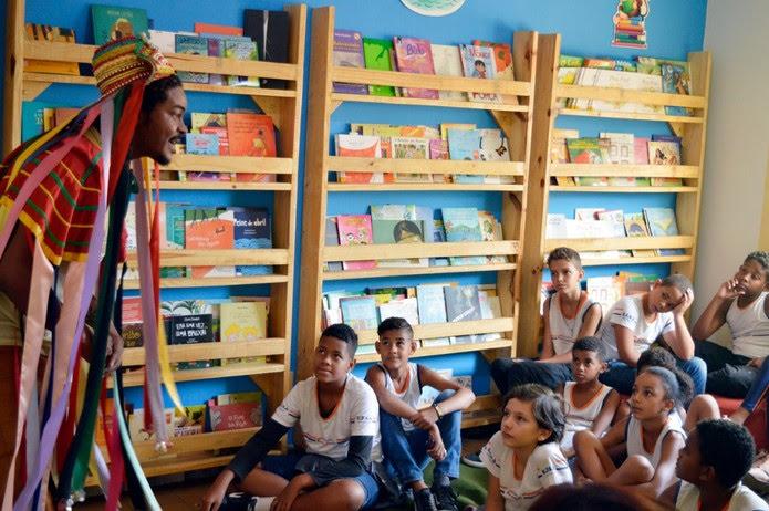 Crianças participam de oficinas de contação de histórias na biblioteca comunitária — Foto: Clube Tamboril/ Divulgação