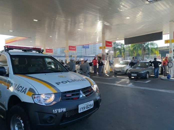Poucos postos de combustíveis com gasolina tem longas filas para abastecer na Região Metropolitana (Foto: Brigada Militar/Divulgação)