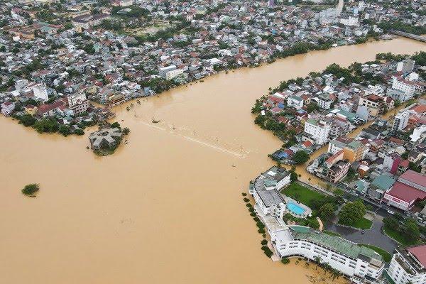 Inundação cobre a cidade de Hue no Vietnam nesta segunda-feira (12) — Foto: Hoang Anh/AFP