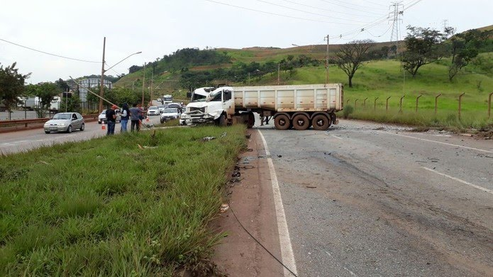 Trânsito foi bloqueado no sentido Betim (Foto: Edmilson Vieira/TV Globo)