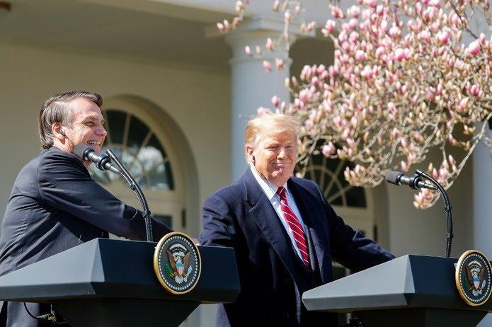 O presidente Jair Bolsonaro e o presidente dos EUA, Donald Trump, durante pronunciamento na Casa Branca — Foto: Isac Nóbrega/PR