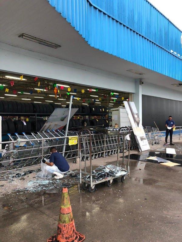Supermercado teve estragos após forte ventania em São Luís — Foto: Redes sociais