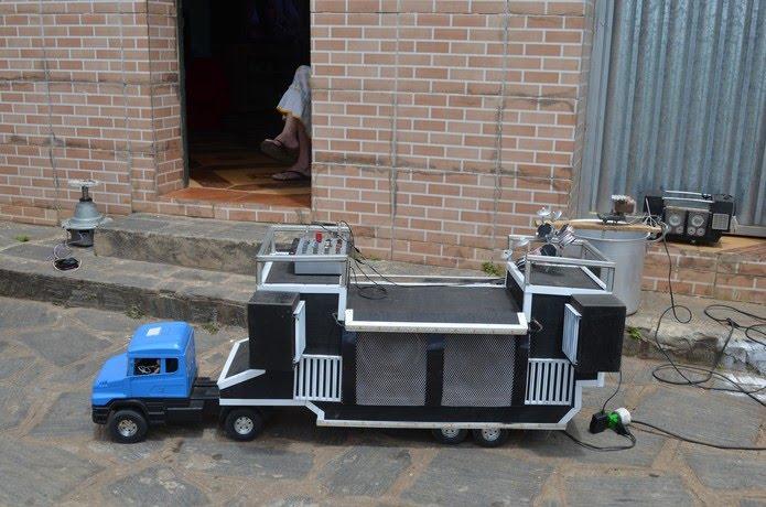 Umas das primeiras invenções de Sandro foi a miniatura de um trio elétrico feito de materiais recicláveis, em Alagoa Nova, na PB — Foto: Érica Ribeiro/G1