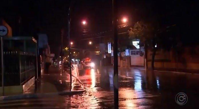 Chuva de granizo atinge Itapetininga e deixa casas alagadas  — Foto: Reprodução/TV TEM