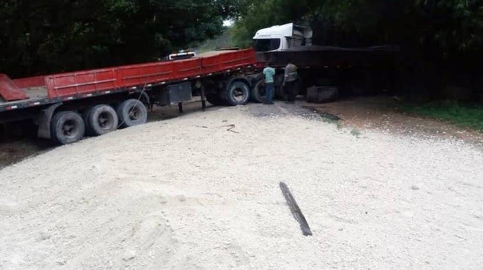 A carga ficou espalhada na pista na BR-267 em Argirita — Foto: José Augusto Cabral/O Vigilante Online