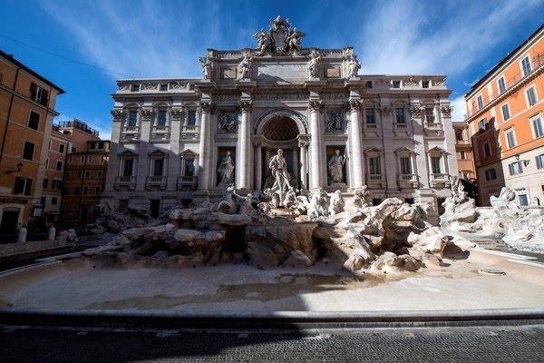 Foto mostra a Fontana di Trevi seca e sem público no centro de Roma nesta segunda-feira (15) — Foto: Tiziana Fabi/AFP