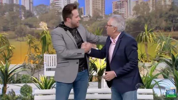 """Kleber Lopes e o humorista Carlos Alberto de Nóbrega, no programa """"A Praça é Nossa"""".  — Foto: Reprodução/Youtube"""