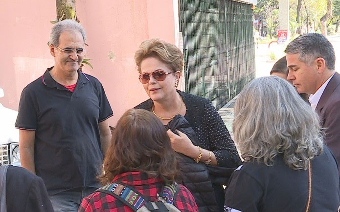 Ex-presidente Dilma Rousseff cumprimenta amigos na chegada ao velório da mãe, Dilma Jane Rousseff, que morreu em Belo Horizonte — Foto: Reprodução/TV Globo