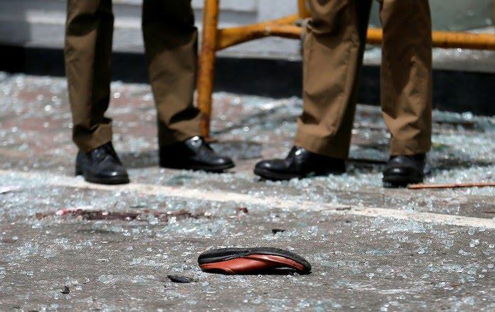 Sapato de vítima em frente a igreja no Sri Lanka — Foto: Dinuka Liyanawatte/Reuters