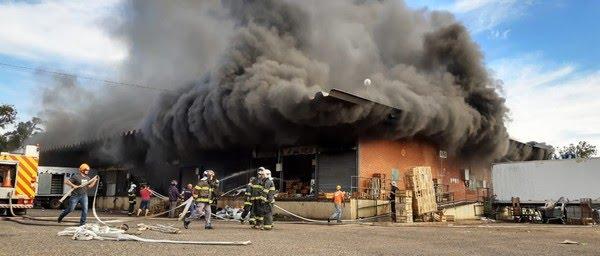 Incêndio de grandes proporções atinge o Ceasa de Bauru — Foto: Fernando Savioli/TV TEM