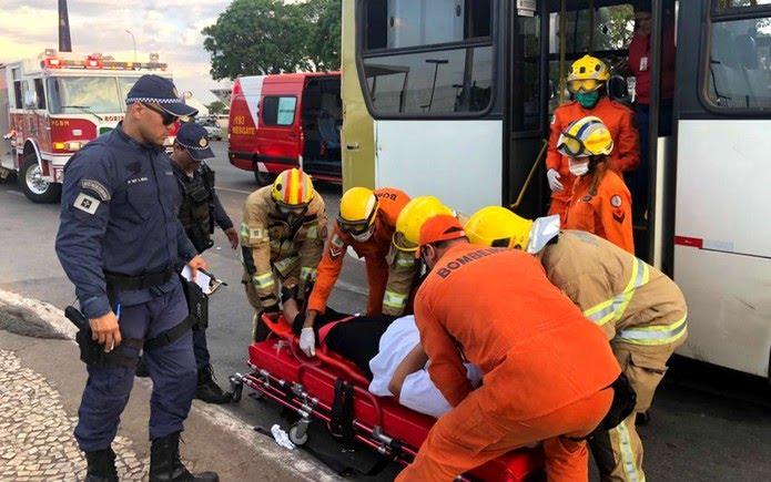 Bombeiros atendem vítima de acidente entre caminhão e ônibus no Eixo Monumental, em Brasília — Foto: Fernanda Calgaro/G1