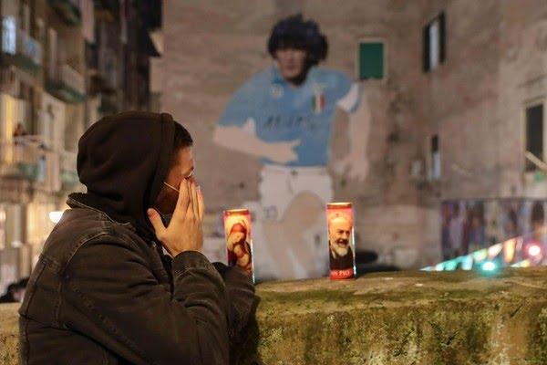 Torcedor acende velas por Maradona em Nápoles, onde o craque argentino fez história nos anos 90 — Foto: Salvatore Laporta/AP Photo