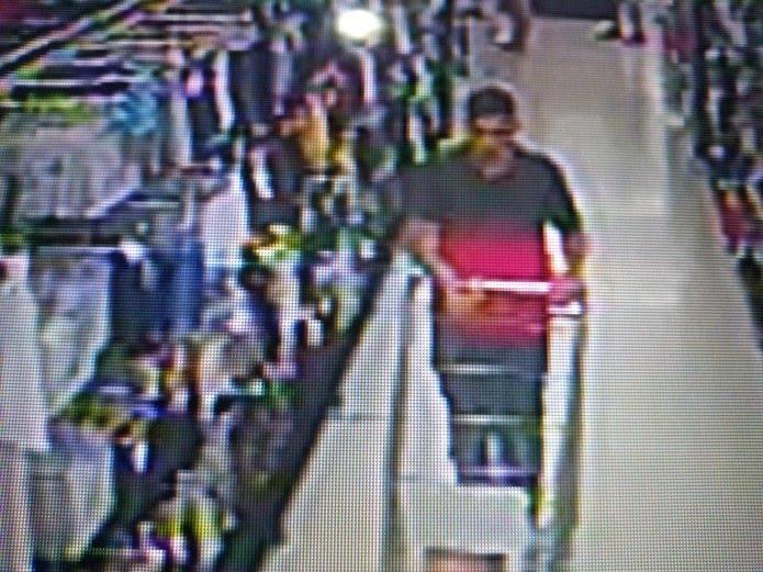 Homem circulava em supermercado de Natal com carrinho de compras vazio. Minutos depois, ele roubou uma bolsa com R$ 2 mil — Foto: Divulgação/Polícia Civil