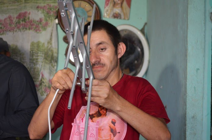 O primeiro trabalho do inventor Sandro Alves, de Alagoa Nova, no Agreste da Paraíba, foi desenvolver antenas para TV e é isso que ele faz até hoje — Foto: Érica Ribeiro/G1