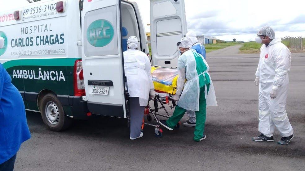 Equipe médica iniciando transferência de paciente com novo coronavírus em Ariquemes (RO) — Foto: Lussandro Regino/Rede Amazônica