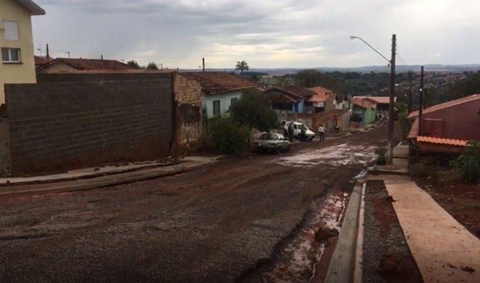 Ruas ficam cobertas de lama após chuva forte em Piraju — Foto: Pedro Salgado/TV TEM