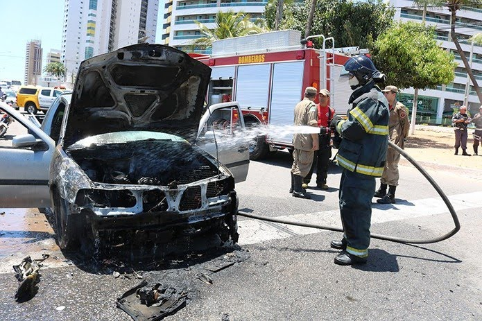 Corpo de Bombeiros controlou incêndio em carro durante a manhã desta terça-feira (15), em Natal. — Foto: Corpo de Bombeiros/Divulgação