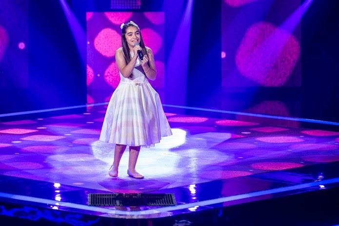 Mari Lima canta no palco do 'The Voice Kids' — Foto: Artur Meninea/Gshow