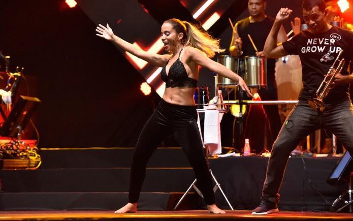 Durante apresentação do Harmonia do Samba, Anitta retornou ao palco e dançou muito