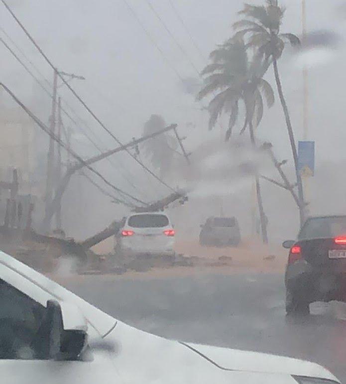 Poste cai em cima de carro em Amaralina — Foto: Redes sociais