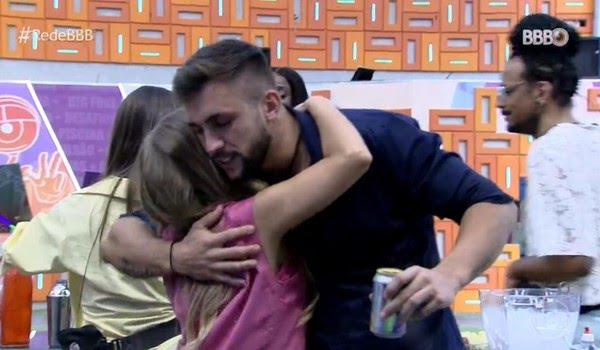 BBB21: Carla e Arthur se reencontram no 'BBB Dia 101' — Foto: Globo