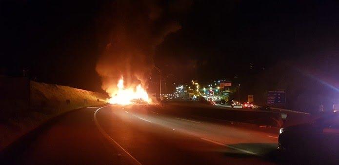 Acidente provocou o fechamento da rodovia depois que os veículos pegaram fogo — Foto: PRF/Divulgação